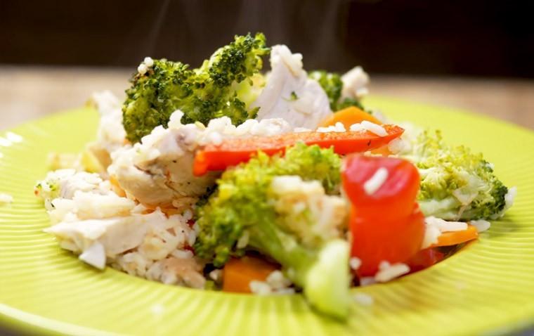 Курица с рисом и овощами на сковороде