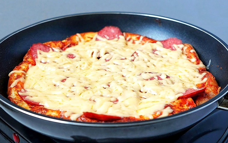 Омлет на молоке с колбасой и сыром