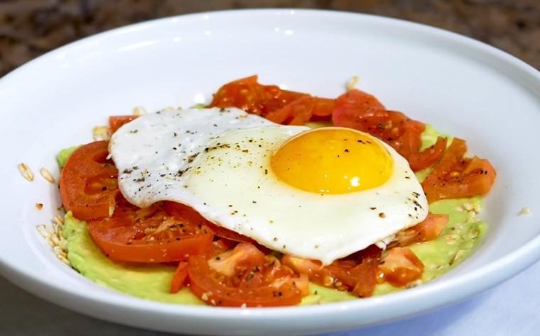 Правильный завтрак из овсянки, яйца и авокадо