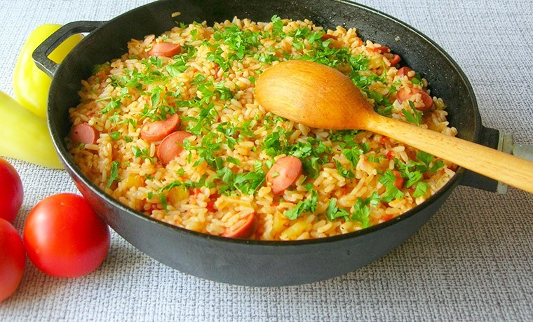 Рис с сосисками и овощами на сковороде «Джамбалайя»