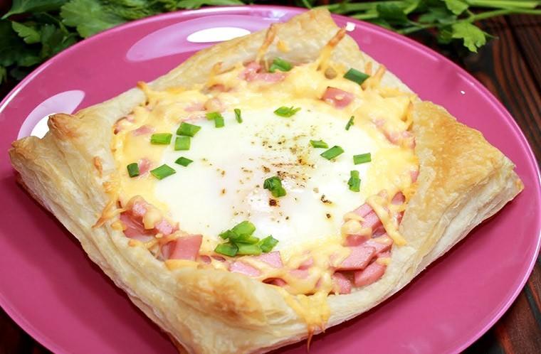 Яйца с колбасой и сыром на слоеном тесте